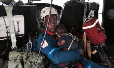 Μια μητέρα και το μωρό της γλύτωσαν από πτώση αεροπλάνου στη ζούγκλα