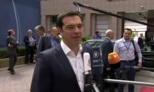 Σύνοδος Κορυφής – Τσίπρας: Τα χαμόγελα και οι αστεϊσμοί με δημοσιογράφο (video)