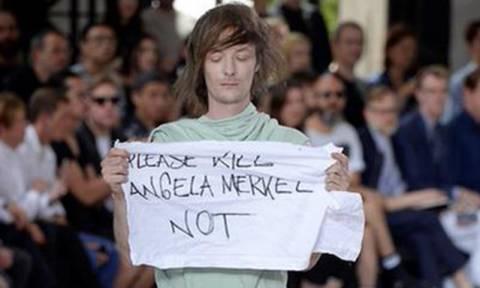 Μοντέλο διαμαρτύρεται για την Μέρκελ σε επίδειξη του Όουενς