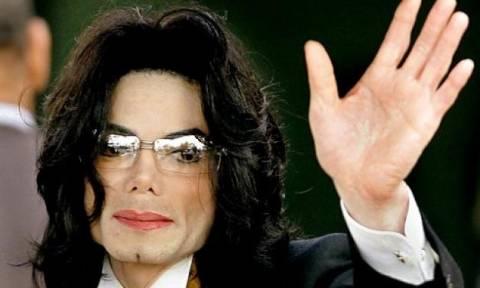 Ο Michael Jackson παρακολούθησε την κηδεία του ντυμένος γυναίκα (;) (video)