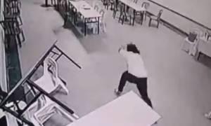 Σοκαριστική επίθεση φαντάσματος σε γυναίκα! Είναι όμως αυτό που νομίζετε; (videos)