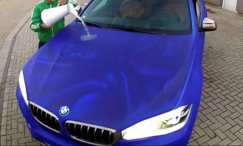 Έριξε ζεστό νερό στο αυτοκίνητο και δείτε τι έγινε (video)