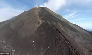 Απίστευτα σπάνια εναέρια πλάνα από το πιο ενεργό ηφαίστειο της Ευρώπης (photos&video)