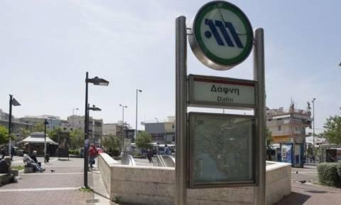 Γυναίκα έπεσε στις γραμμές του Μετρό στη Δάφνη - Απεγκλωβίστηκε ζωντανή