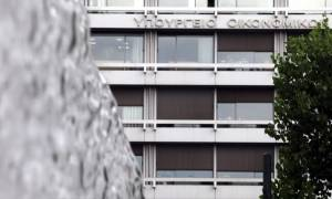 Capital controls: Διευκρινίσεις από το υπουργείο Οικονομίας για τις τραπεζικές συναλλαγές