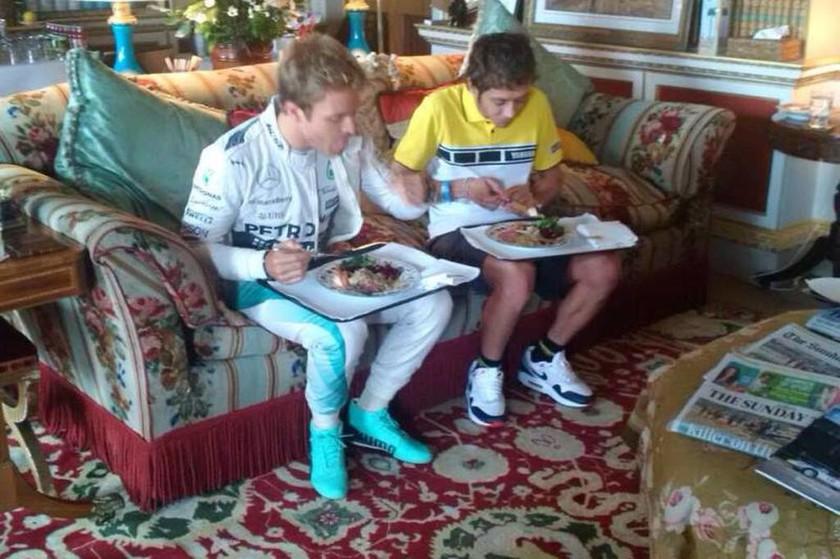 Μόνο στο Goodwood festival of Speed μπορείτε να δείτε τους Rosberg και Rossi να τρώνε δίπλα δίπλα σε δίσκο