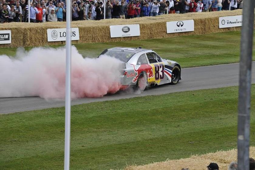 Ο Patrick Friesacher έβαλε φωτιά (στην κυριολεξία) στο Toyota Camry NASCAR μετά τα ατελείωτα χρωματιστά Burnouts