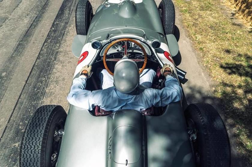 Ο Sir Stirling Moss οδήγησε τη Mercedes 300 SLR (με το νούμερο 722) αλλά και την W196