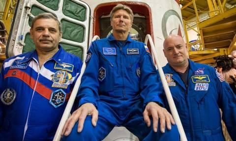 Ρώσος κοσμοναύτης έσπασε το ρεκόρ παραμονής στο διάστημα
