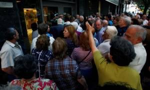 Capital controls: Τεράστιες ουρές συνταξιούχων έξω από τις τράπεζες (video)