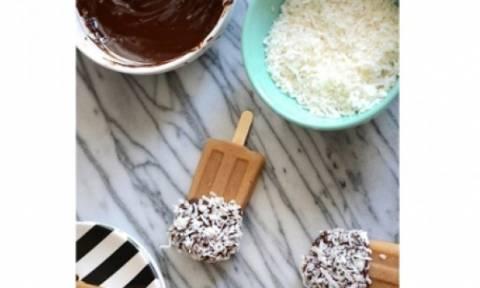 Γλυκός πειρασμός: Γρανίτα καφέ με καρύδα και σοκολάτα γάλακτος