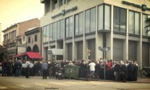 Capital controls: Απίστευτες ουρές συνταξιούχων έξω από τις τράπεζες στα Τρίκαλα (photos)