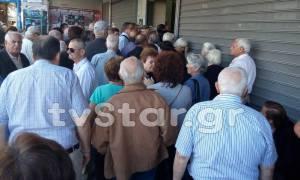 Capital Controls: Ουρές στις τράπεζες στη Λαμία - Ένας συνταξιούχος στο νοσοκομείο (video)