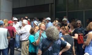 Capital Controls: Διαμαρτυρία συνταξιούχων έξω από το υπουργείο Οικονομικών (photos)