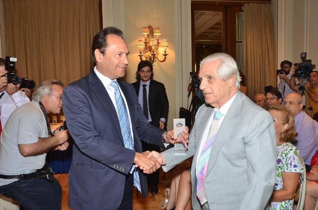 Ο πατριάρχης της ελληνικής φαρμακοβιομηχανίας Παύλος Γιαννακόπουλος παραλαμβάνει τιμητικό βραβείο από τον πρόεδρο της ΠΕΦ Θεόδωρο Τρύφωνα