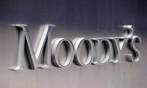 Moody's: Απειλεί με υποβάθμιση τις ελληνικές τράπεζες