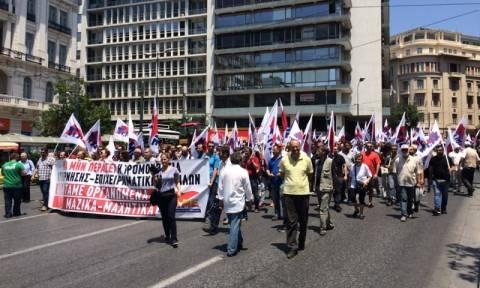 Δημοψήφισμα 2015: Πορεία του ΠΑΜΕ στην Αθήνα - Μικροένταση έξω από τα γραφεία του ΣΕΒ (Photos)