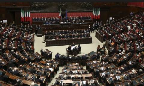Ελληνικές σημαίες στο ιταλικό κοινοβούλιο-«Πείτε ΟΧΙ»