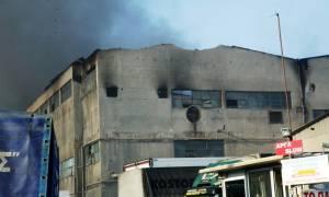 Υπό μερικό έλεγχο η φωτιά στο εργοστάσιο χαρτοποιίας