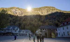 Στην πιο σκοτεινή πόλη του κόσμου… εκεί που οι κάτοικοι βλέπουν τον ήλιο με καθρέφτες (photos)