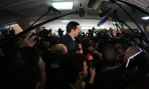 Δημοψήφισμα 2015: Κοσμοσυρροή στο εκλογικό κέντρο όπου θα ψηφίσει ο Α. Τσίπρας (Video)