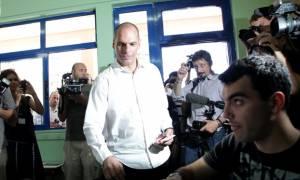 Δημοψήφισμα 2015: Τι έγραψε στο κινητό του ο Γ. Βαρουφάκης λίγο πριν ψηφίσει (Video)