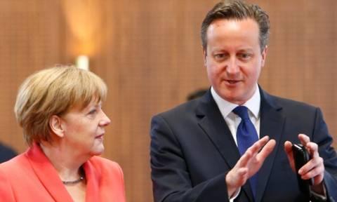 Επικοινωνία Μέρκελ-Κάμερον για την ελληνική κρίση και το δημοψήφισμα