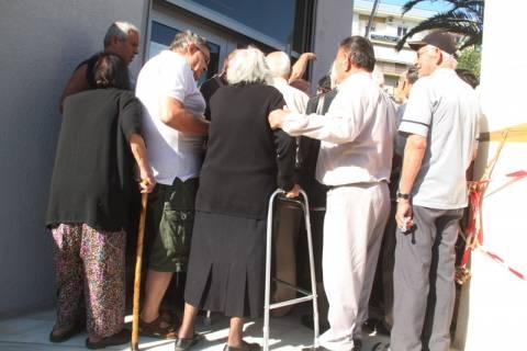 Capital controls: Στις ίδιες τράπεζες με χθες (6/7) οι συνταξιούχοι για τα 120 ευρώ