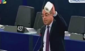Ευρωβουλευτής υπέρ της Ελλάδας έβγαλε χαρτί υγείας και ζήτησε από τον Γιούνκερ να παραιτηθεί (video)