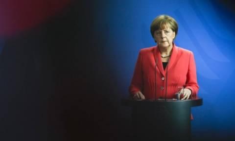 Monde: Η Μέρκελ δε θέλει να μείνει στην Ιστορία ως ο νεκροθάφτης της Ελλάδας