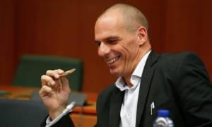 Διαπραγματεύσεις - Ο Βαρουφάκης τρόλαρε τους δημοσιογράφους στο καφενείο της Βουλής! (pics)