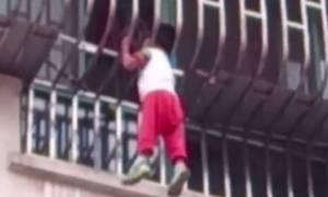 Σοκαριστικό βίντεο: Αγοράκι αιωρείται στο κενό από το σφηνωμένο κεφάλι του!
