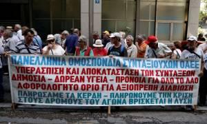 Διαμαρτυρία έξω από το ΥΠΟΙΚ από τους συνταξιούχους που ζητούν καταβολή ολόκληρης της σύνταξης