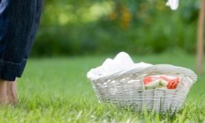 Tips για να εξαφανίσετε εύκολα και γρήγορα τις λαδιές από τα ρούχα σας