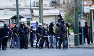Επεισόδια με κουκουλοφόρους στο κέντρο της Αθήνας - Προκάλεσαν ζημιές σε εταιρεία