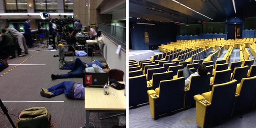Σύνοδος Κορυφής – Οι δημοσιογράφοι «λύγισαν» και χαλαρώνουν… στο πάτωμα (photo)