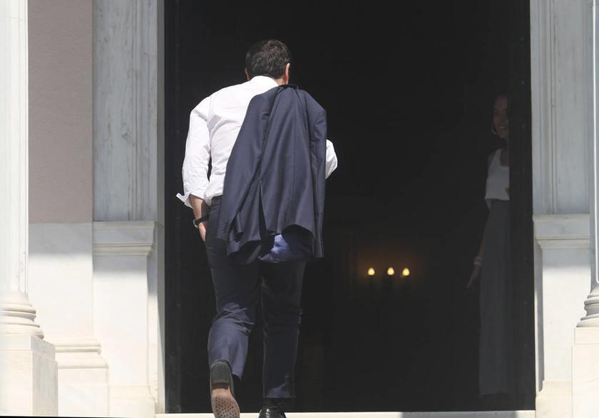 Με το σακάκι στον ώμο στο Μαξίμου ο Τσίπρας (photos)