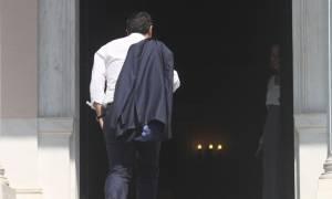 Με το σακάκι στον ώμο στο Μαξίμου ο Τσίπρας - Σε εξέλιξη κρίσιμη σύσκεψη (photos)