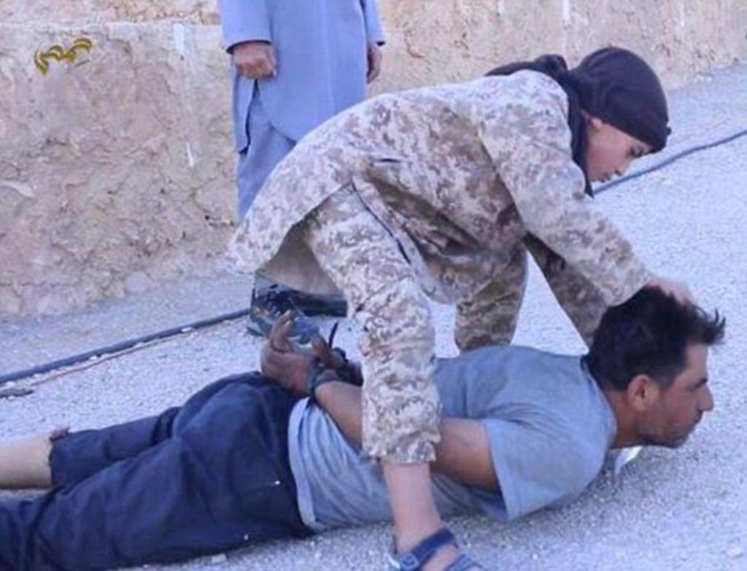 Σοκ από το Ισλαμικό Κράτος: Παιδί αποκεφαλίζει στρατιώτη (photos)