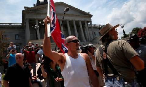 Μέλη της Κου Κλουξ Κλαν διαδήλωσαν έξω από το κοινοβούλιο της Νότιας Καρολίνας