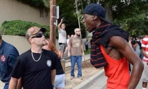 Η φωτογραφία που σαρώνει: Μέλος της Κου Κλουξ Κλαν είδε... Μαύρο Πάνθηρα και κατουρήθηκε πάνω του!