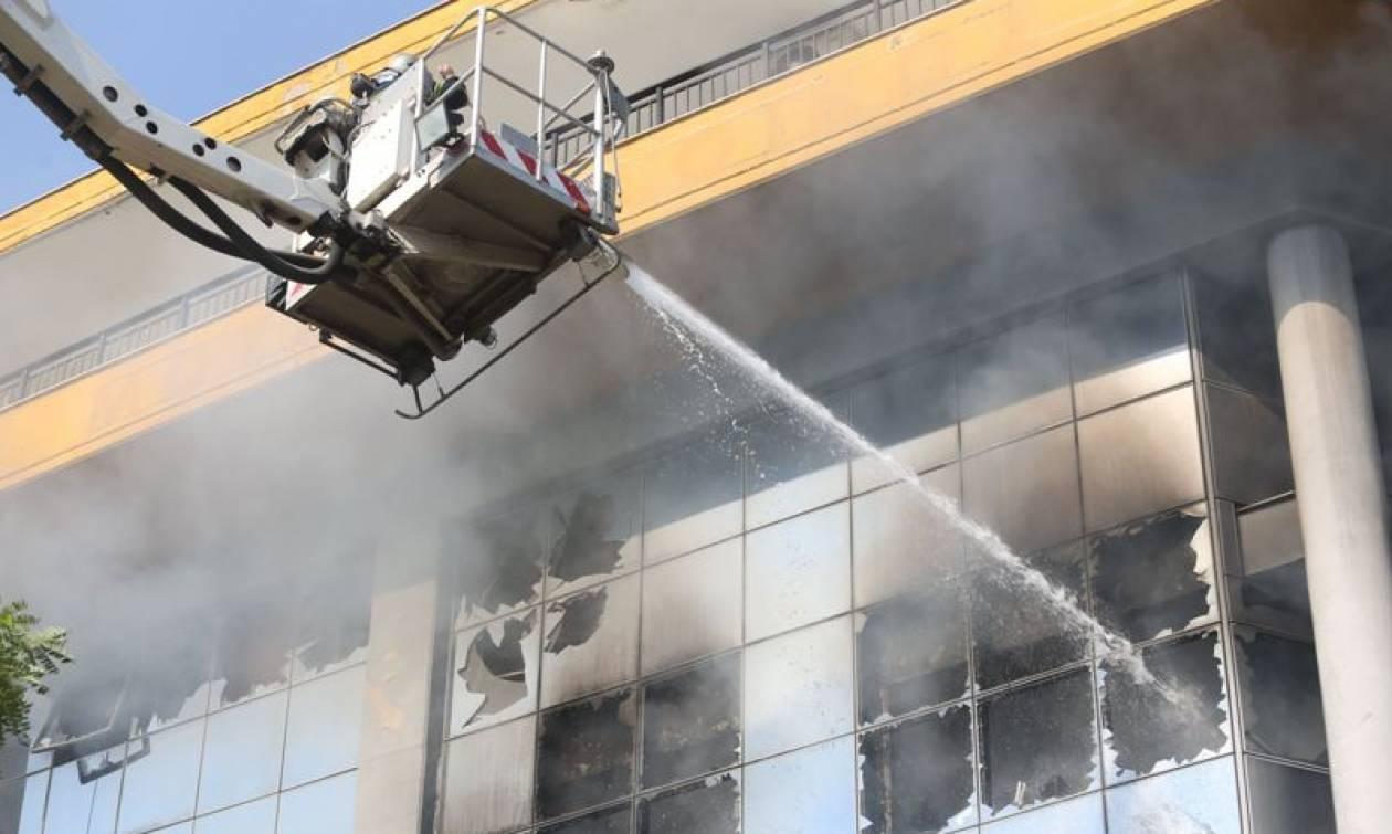 Νεκρός άνδρας σε φλεγόμενο κτήριο στη Θεσσαλονίκη (photos  -video)