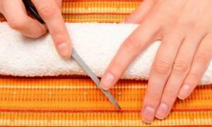 Νύχια με ραβδώσεις: Τι δείχνουν για την υγεία σας