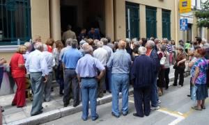 Ουρές στα υποκαταστήματα των τραπεζών για την αθροιστική ανάληψη