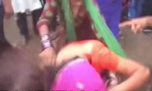 Ινδία: Άγριος ξυλοδαρμός γυναίκας που θεωρείται ύποπτη για τη δολοφονία του συζύγου της (video)