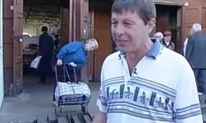 Την ώρα του ρεπορτάζ ηλικιωμένη... παλεύει με τα ψώνια της και γίνεται viral (video)