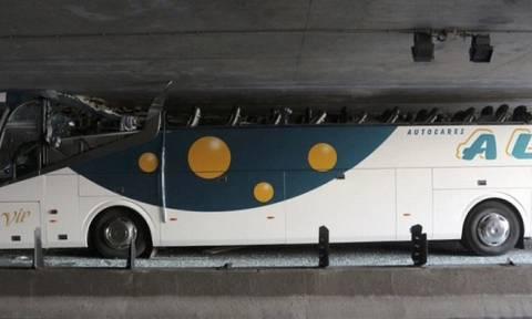 Λεωφορείο γεμάτο μαθητές προσέκρουσε σε τούνελ-Πάνω από 30 τραυματίες (photos)