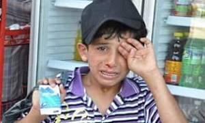 Κατακραυγή στην Τουρκία: Άνδρας ξυλοκοπεί άγρια προσφυγόπουλο επειδή πουλάει χαρτομάντιλα (pics)