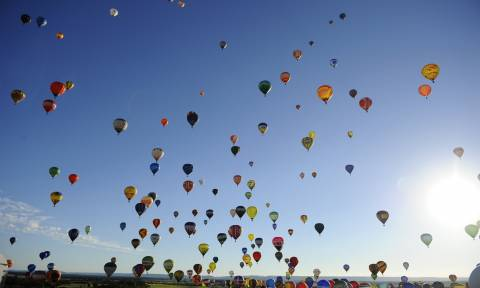 Φαντασμαγορία στο γαλλικό ουρανό: Εκατοντάδες αερόστατα σε πτήση – ρεκόρ (video)