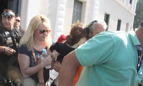 Υπό κατάρρευση η χήρα - φόνισσα του καπετάνιου γιουχαϊστηκε έξω από τα δικαστήρια